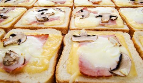 Sātīgās siera, šķiņķa un sēņu karstmaizes