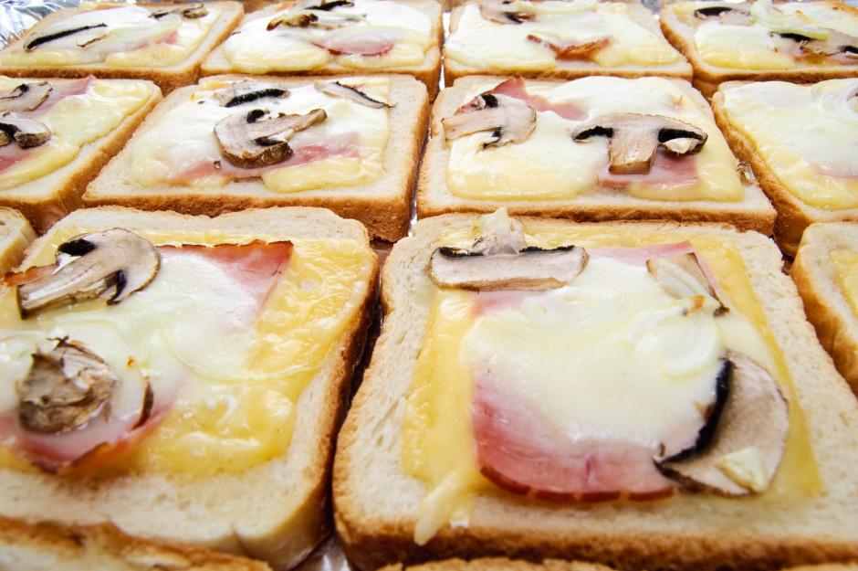 Liek cepties krāsnī līdz abi sieri izkusuši un maizītes maig...