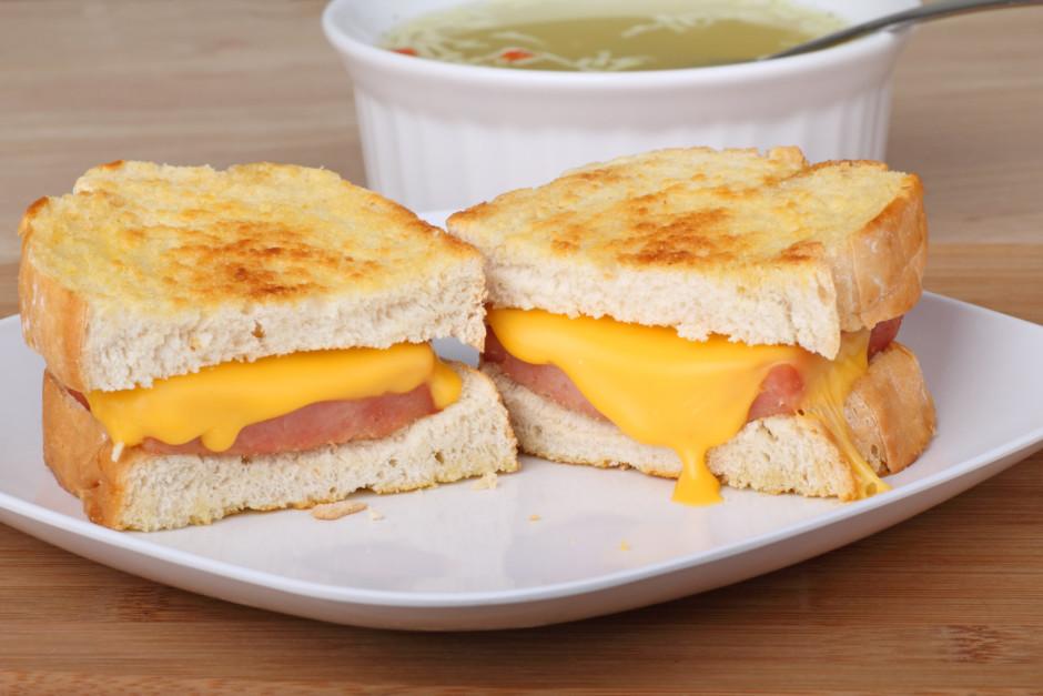 Maizītes liek cepeškrāsnī un cep kādas, kamēr siers ir izkus...
