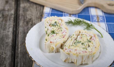 Pildīts lavašs ar krabju nūjiņām, sieru un olām