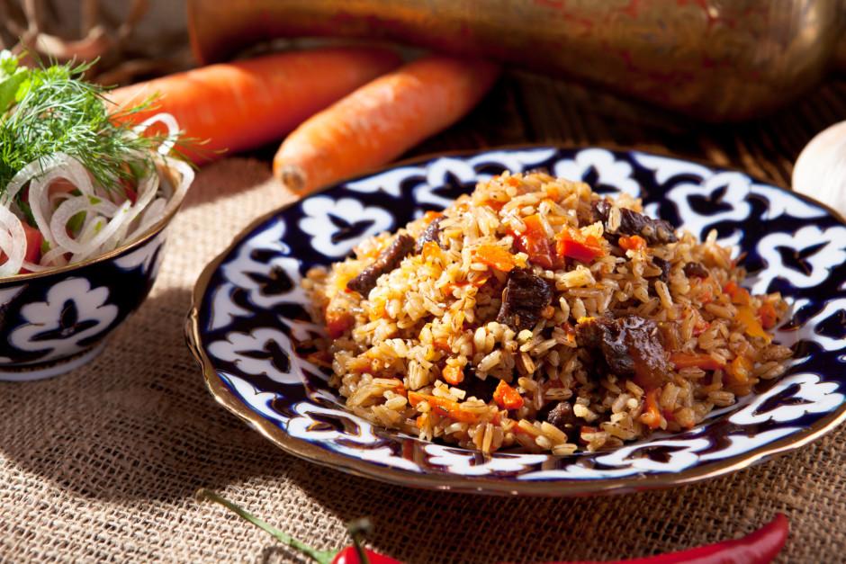 Kad viss gatavs kārtīgi sajauc rīsus ar sautējumu (ar visu a...