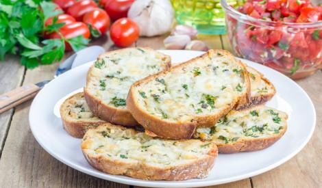Zaļie baltmaizes grauzdiņi ar sieru