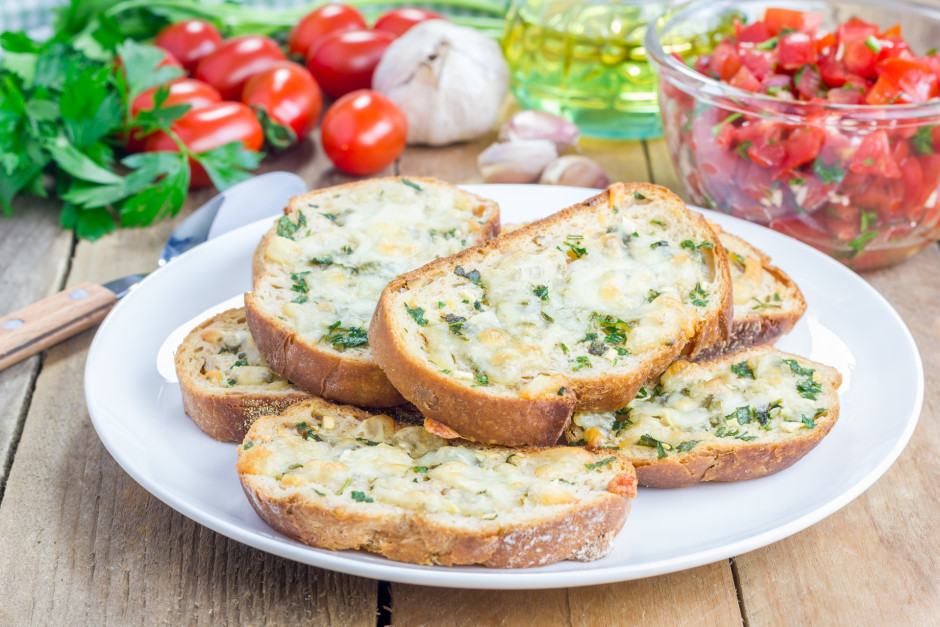 Apsmēre mazītes ar sviestu, uzliek masu un cep cepeškrāsnī 1...