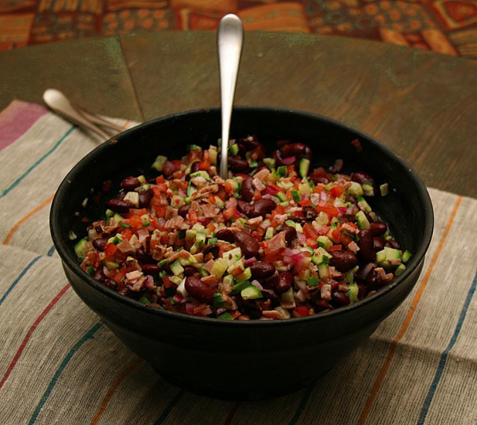 Ja bez salātu mērces, tad olīveļļu pārlej pāri salātiem (1-2...