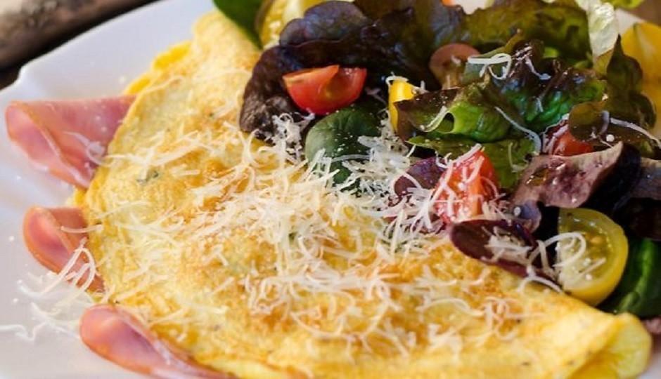 Izceptās omletes vienā pusē liek šķiņķi un pārloka omleti uz...