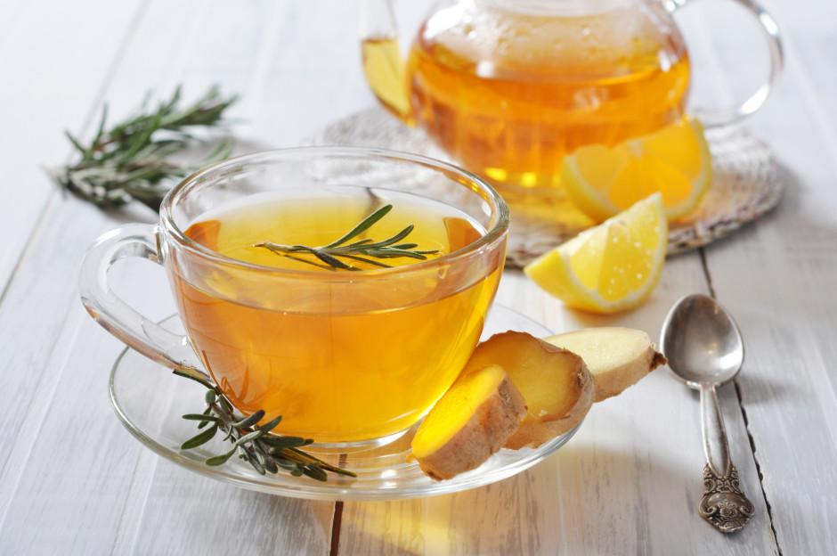 Kad tēja ievilkusies, lej krūzītēs un pievieno svaiga rozmar...
