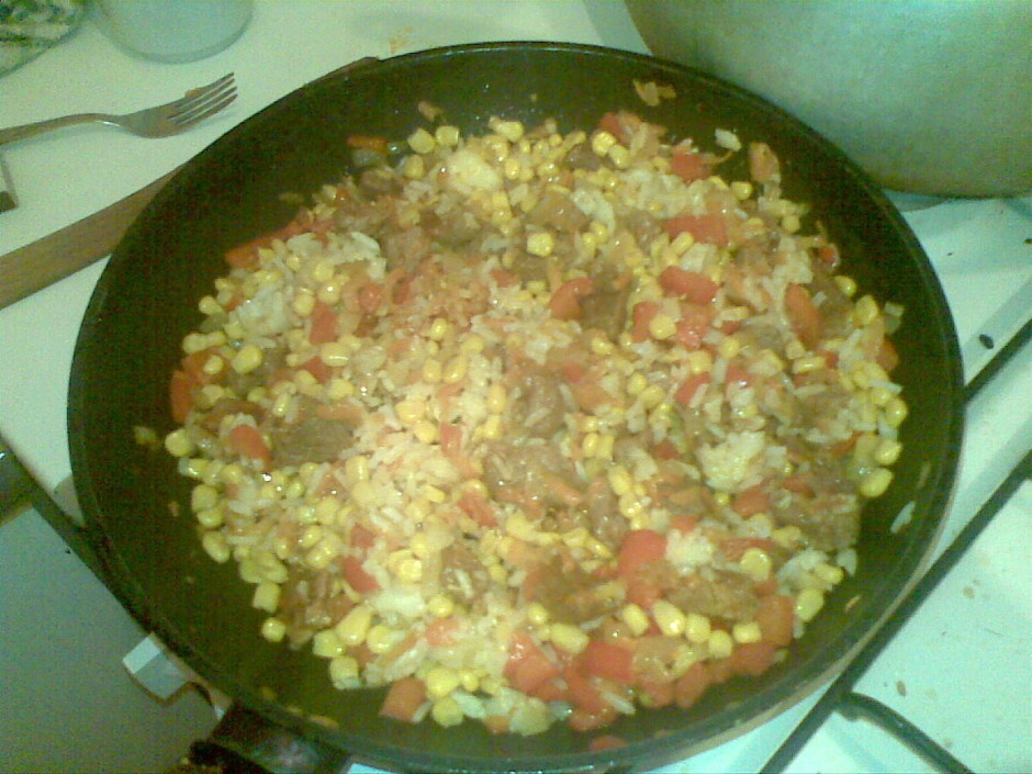 Kad viss apcepies, sasutinājies, rīsi ir gatavi - sajauc vis...