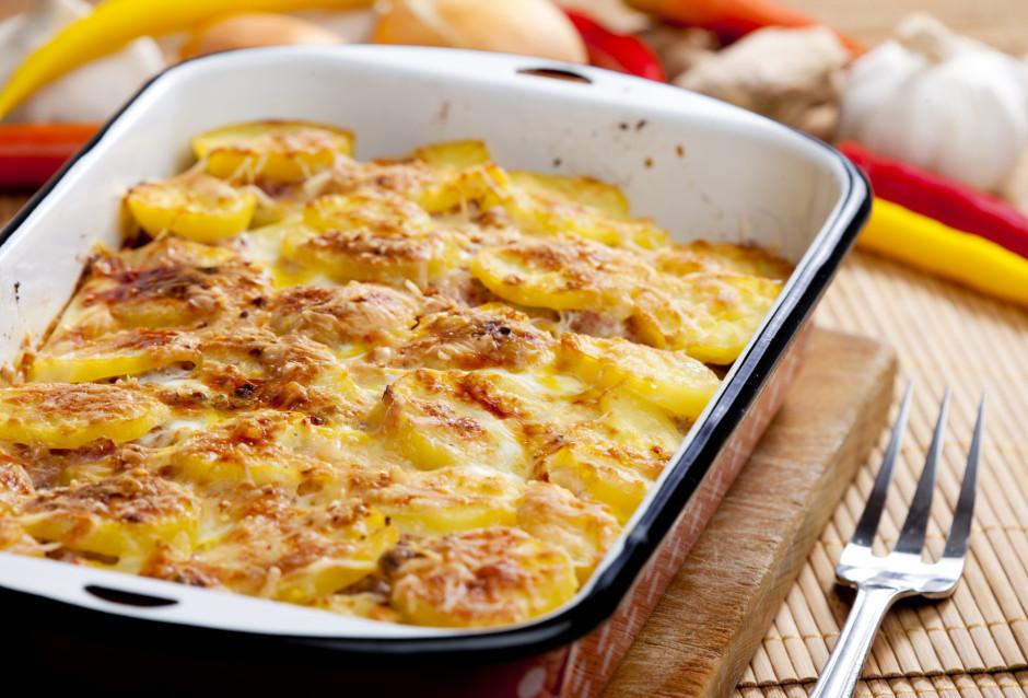 Kad kartupeļi krāsnī pabijuši kādas 20 min., uzber sieru un...