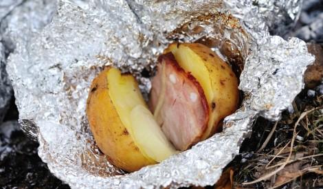 Piknika kartupeļi folijā