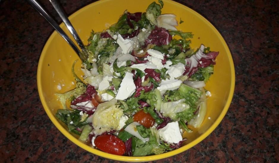Svaigie lapu salāti ar dārzeņiem un Fitaki sieru