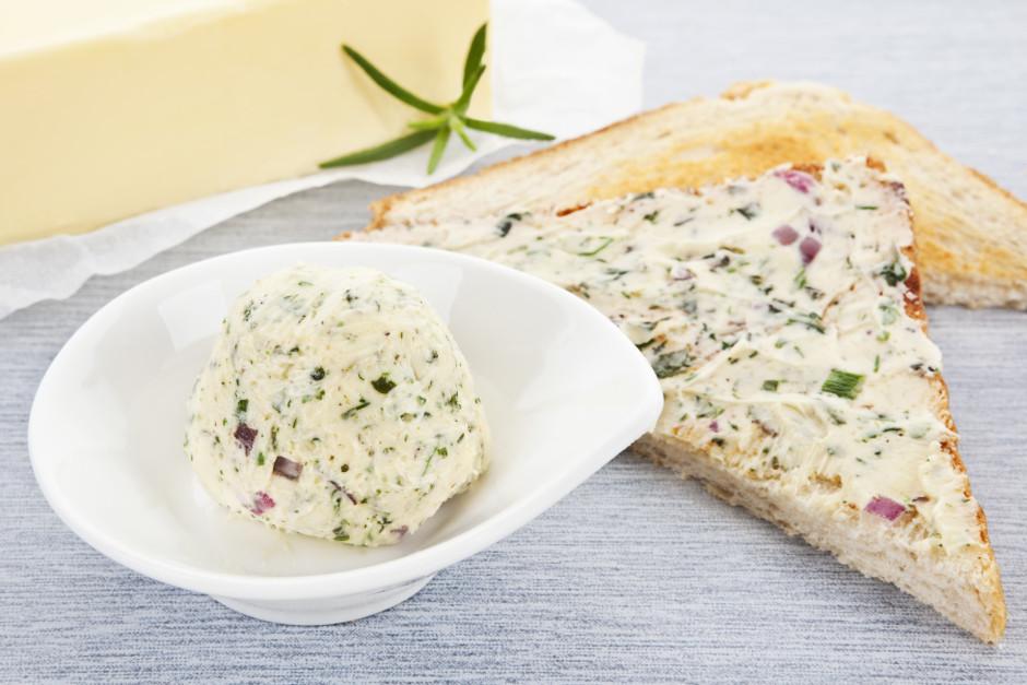 Iegūto masu kārtīgi samaisa ar saputotu sviestu, pievieno sā...