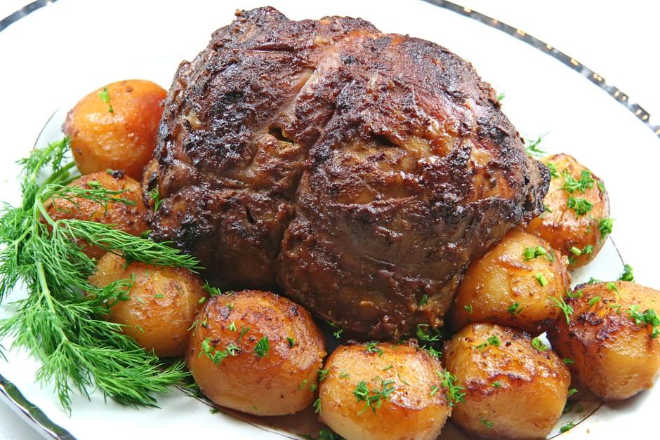 Gatavo gaļu atdzesē apmēram stundas ceturksni, tad noņem die...