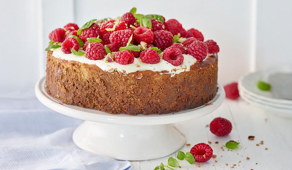 Kad kūka gatava, to atdzesē un dekorē ar svaigām ogām.   L...