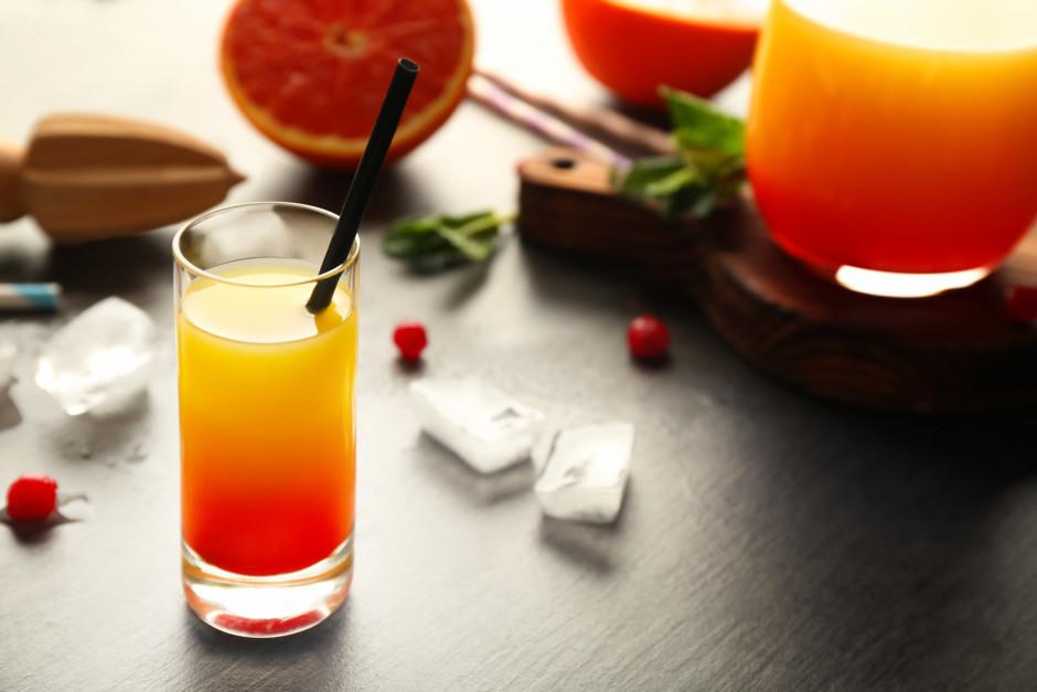 Sastāvdaļas lej glāzē pa kārtām: tekila, apelsīnu sula, tad...
