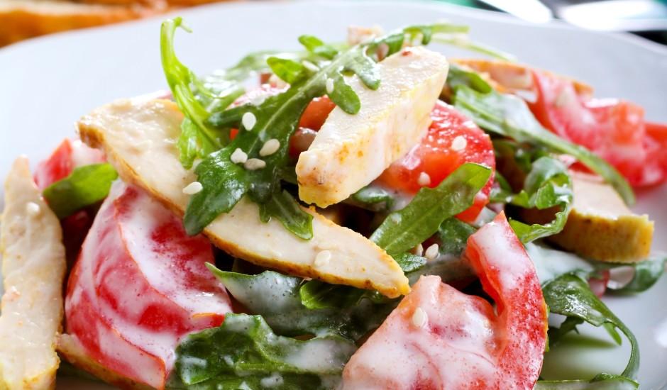 Karstie lapu salāti zilā siera mērcē
