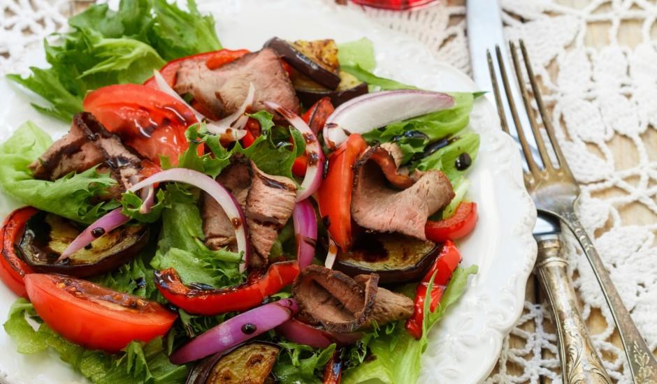 Siltie salāti ar liellopa gaļas šķēlēm