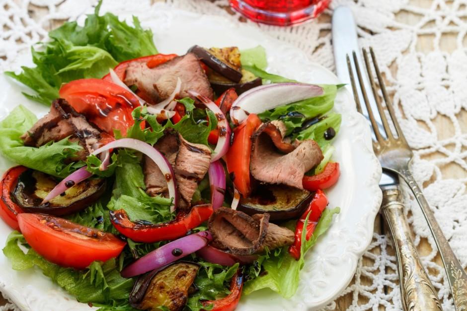 Uz karstajiem dārzeņiem kārto arī rostbifa šķēles, tomātus u...