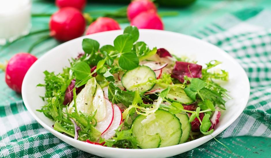 Svaigie salāti ar dārzeņiem un zirņu dzinumiem