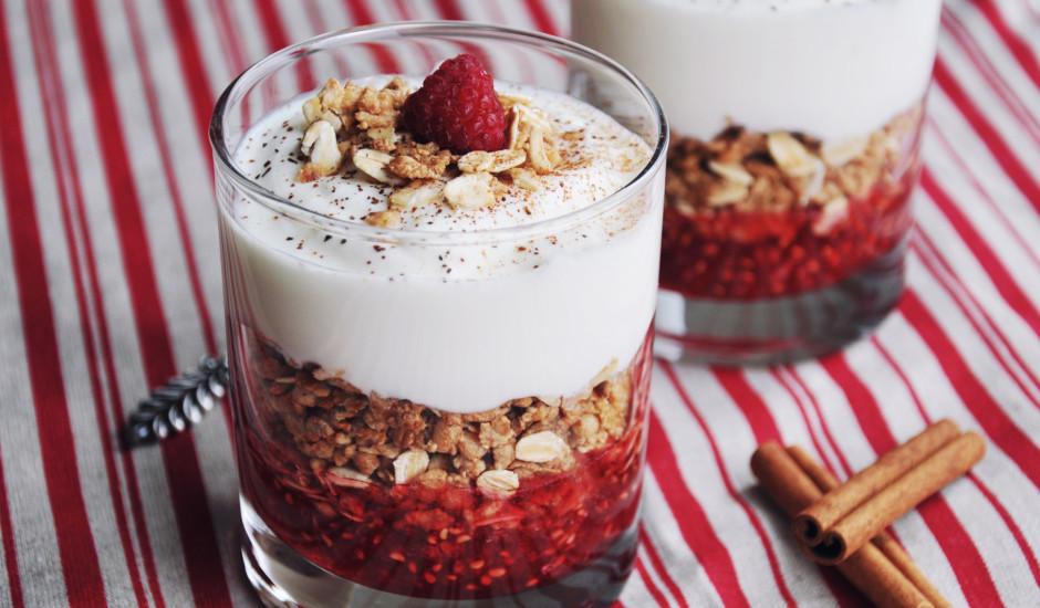 Granolas kārtojums ar ogām un jogurtu