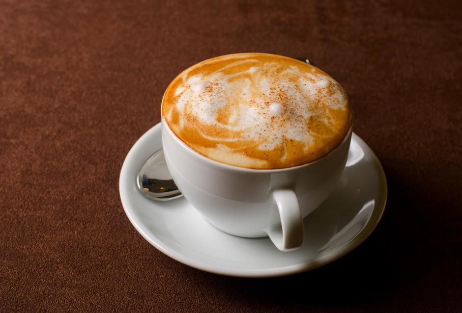 Kafijas tasītē pagatavo (vai ielej) espresso porciju, tad lē...