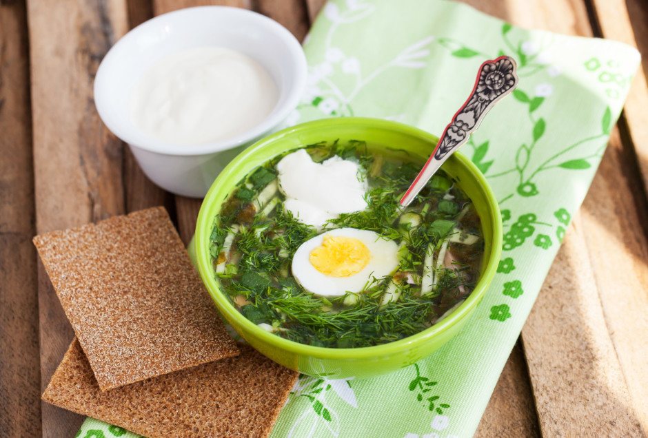Zupu lej šķīvī, pieliek  olu un skābu krējumu.  Labu apetī...