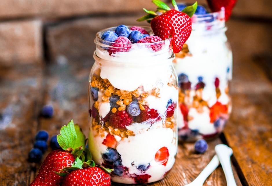 Traukā pēc izvēles kārtām liek - jogurtu, ogas, granolu, oga...