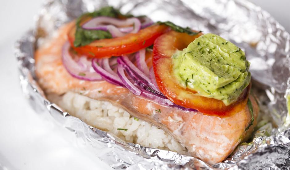 Cepts lasis ar tomātiem un zaļumu sviestu