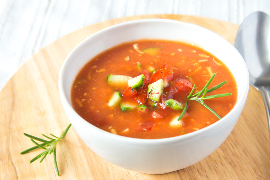 Pievieno tomātu sulu, citrona sulu un halapeņo piparu marinā...