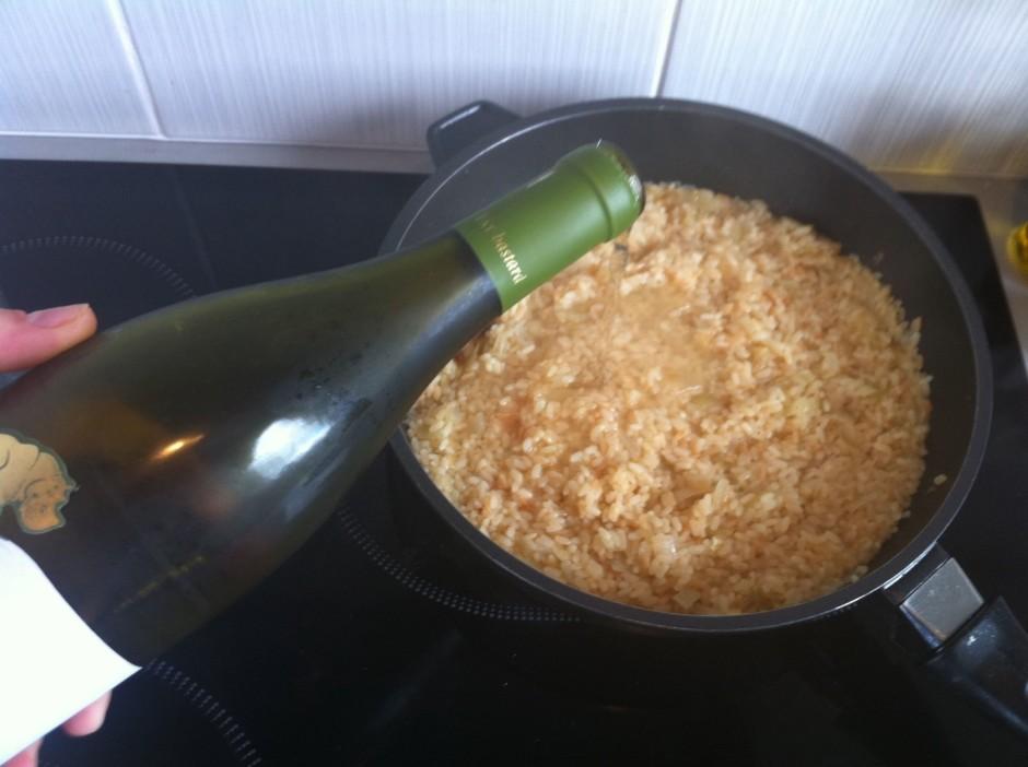 Kad rīsi jau gandrīz gatavi, pielej baltvīnu. Atļauj kādas 2...