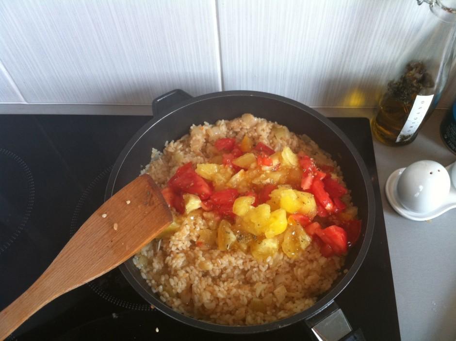 Pēc tam pievieno sīki sagrieztus tomātus.