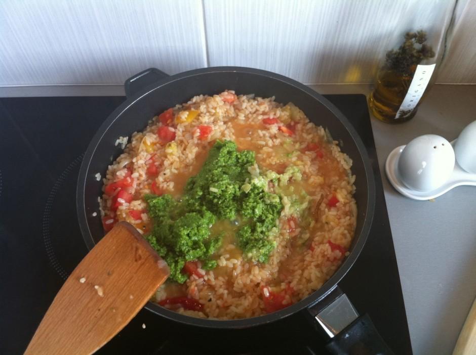 Pašās beigās rīsiem pievieno iepriekš pagatavoto pesto mērci...