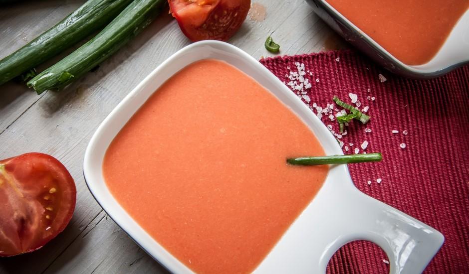 Pikantā tomātu un skābā krējuma mērce