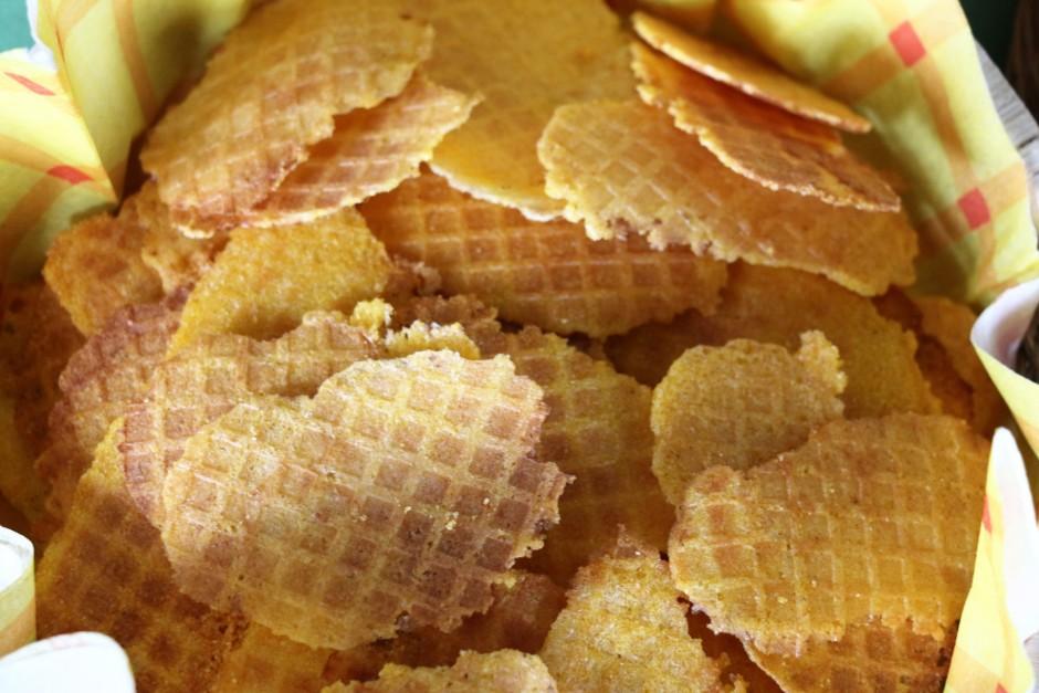 Izmantojot vafeļu pannu cep brūnas un kraukšķīgas vafeles (a...