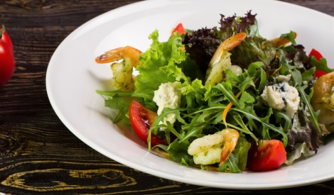 Garneļu salāti ar zilo sieru