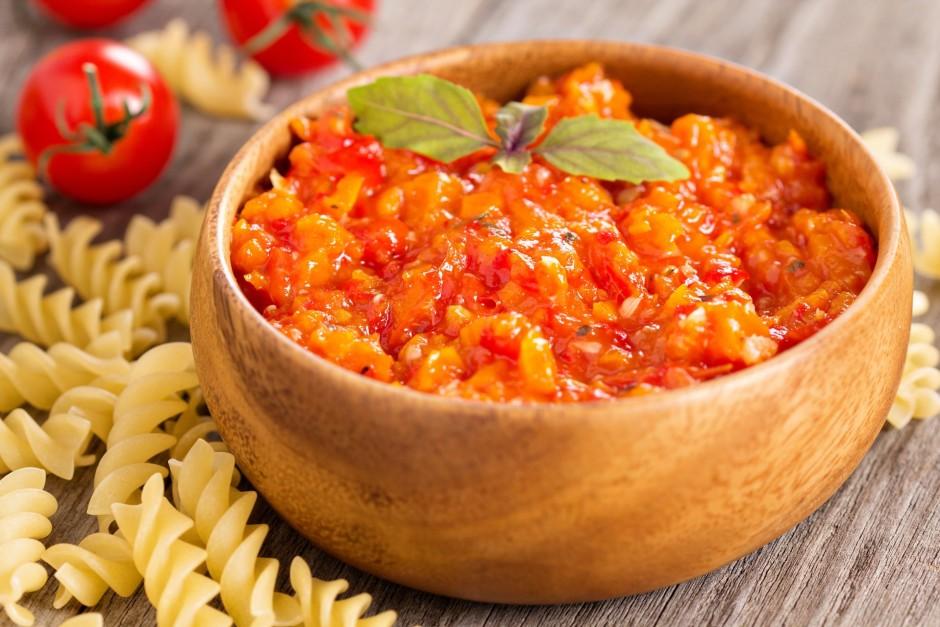 Pievieno aso tomātu mērci, baziliku, kartupeļu cieti, sāli,...