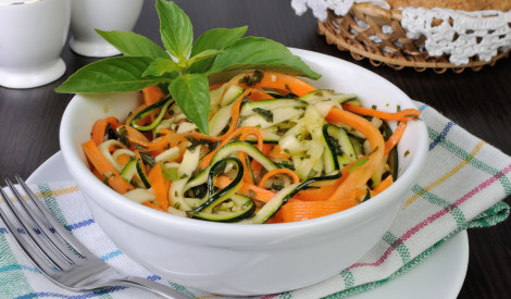 Burkānu un cukīni salāti