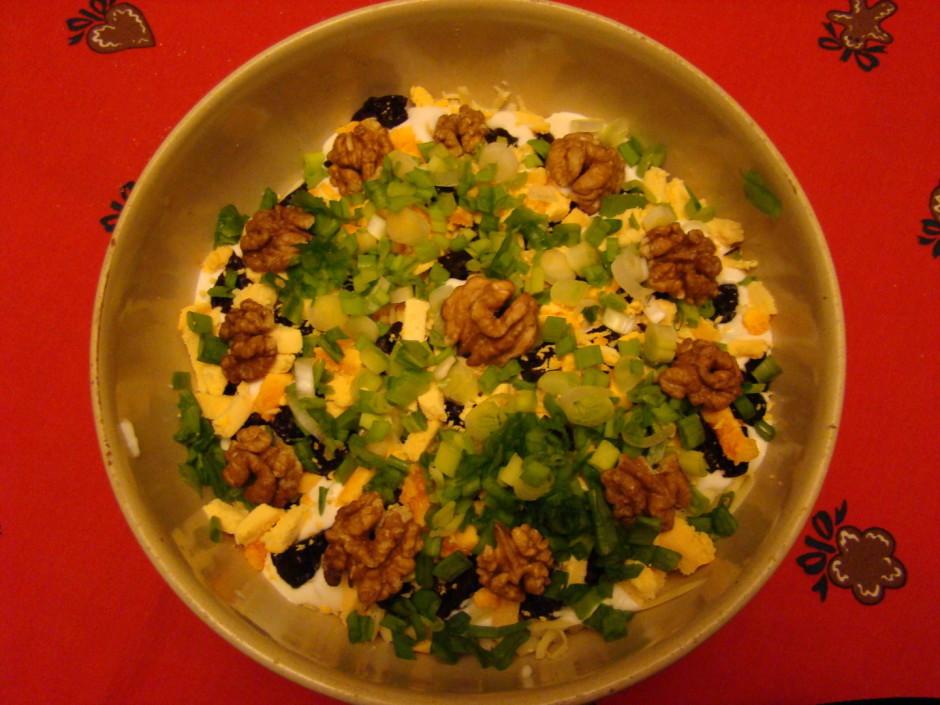 Salātus liek kārtās - sakapāts olas baltums, tuncis, sasmalc...