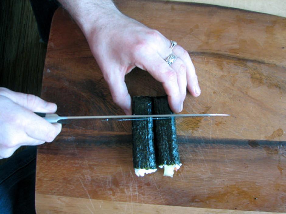 Kad rullītis ir satīts, to var sagriezt glītos, 2 cm platos...