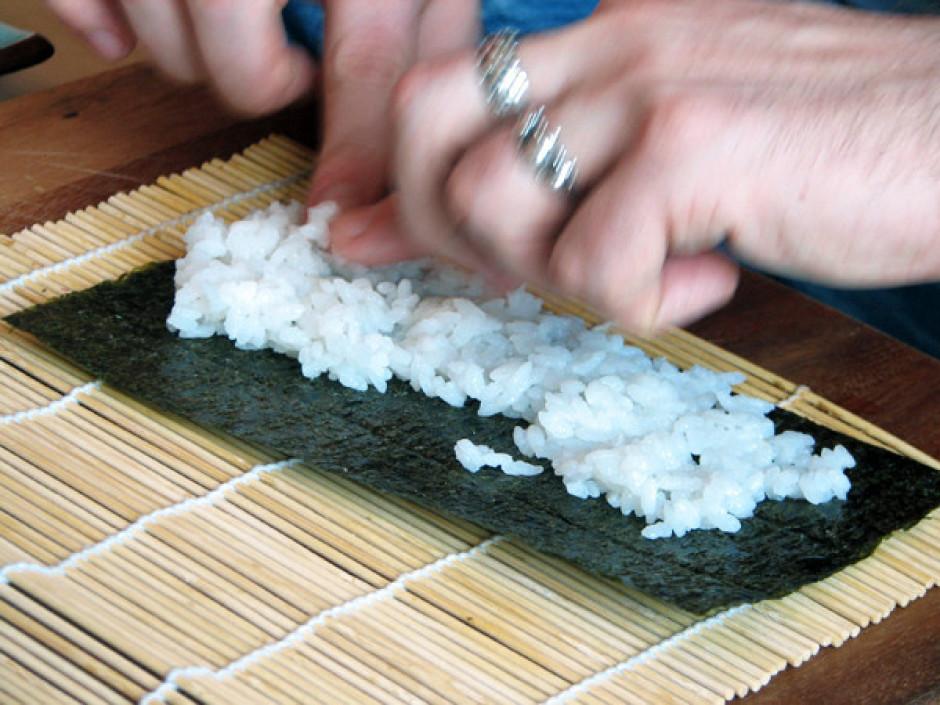 Uz bambusa paklājiņa izklāj ūdenszāļu lapu un klāj uz tās si...