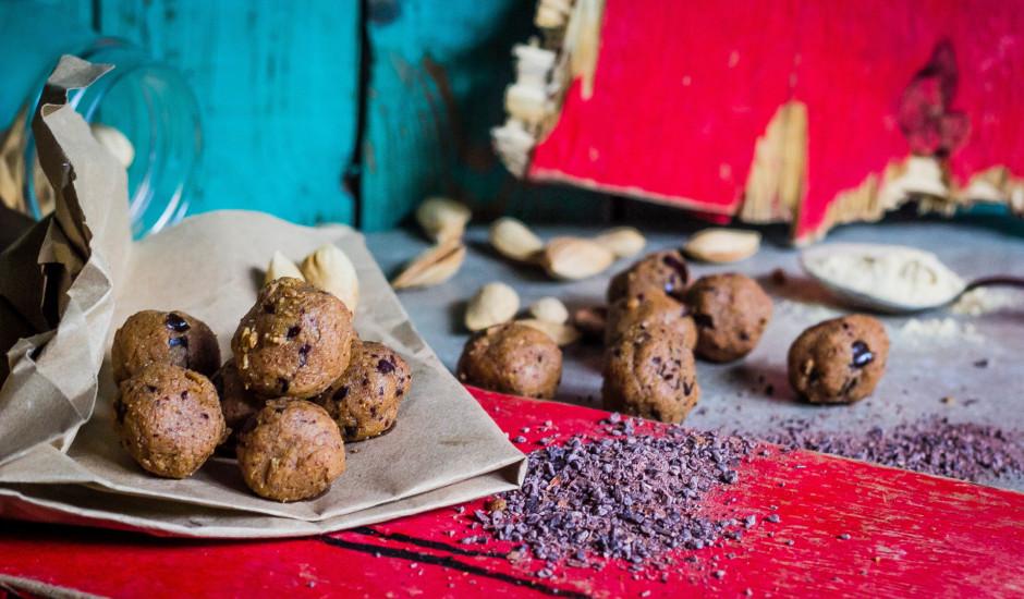 Proteīna bumbas ar melnās šokolādes gabaliņiem