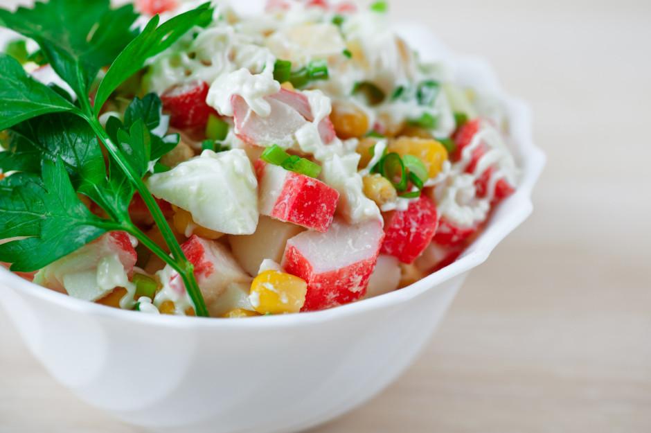 Sajauc majonēzi ar krējumu un sāli. Pārlej salātiem.  Labu...