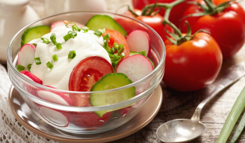Redīsu, gurķu, tomātu salāti ar krējumu un maurlokiem