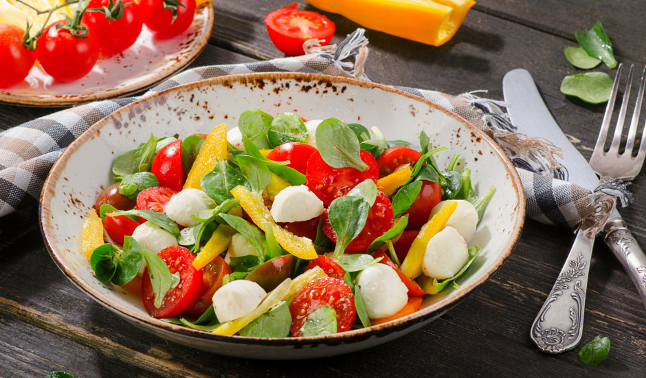 Svaigi, ātri salāti ar spinātiem un Mocarellu
