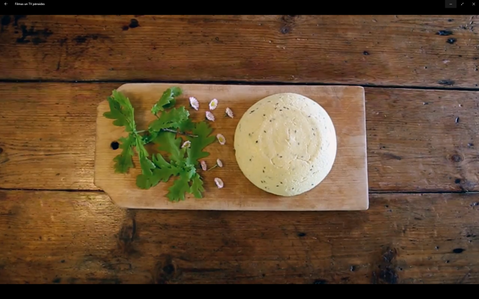 Liek bļodā, kādā vēlētos siera formu, kārtīgi sablietē un li...