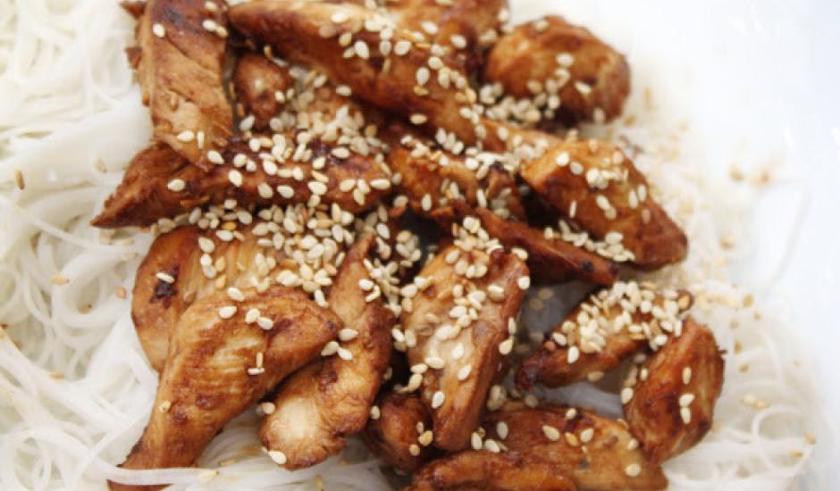 Vistas filejas gabaliņu ar sezamu un rīsu nūdelēm