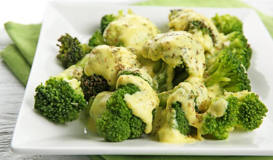 Vārīti brokoļi ar siera mērci