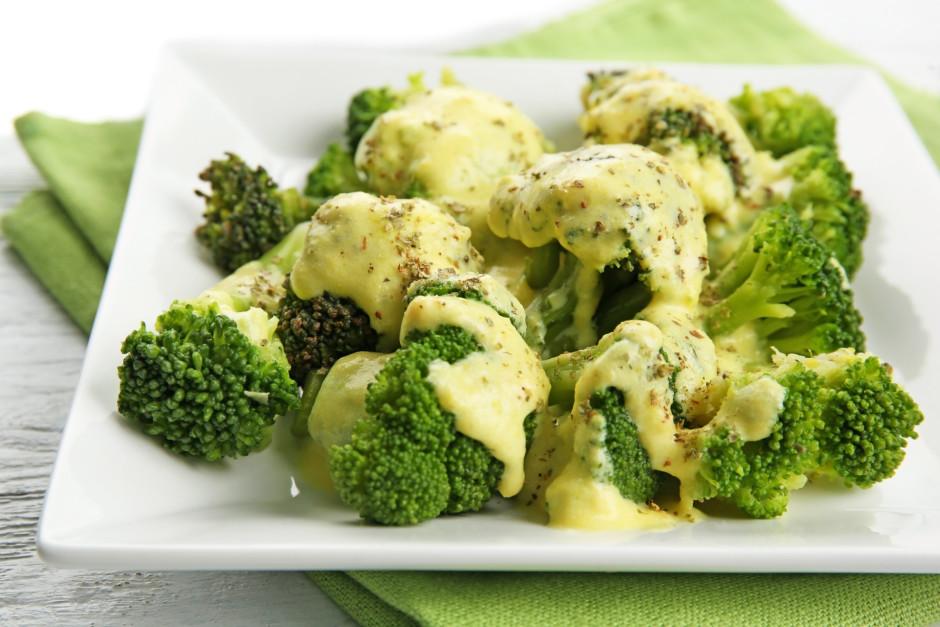 Liek brokoļus uz šķīvja, pārlej ar mērci, ja vēlas, pārkaisa...