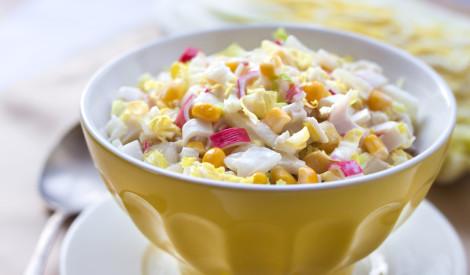 Krabju nūjiņu salāti ar ķīnas kāpostu un kukurūzu