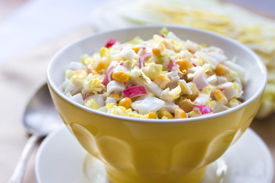 Salātus papildina ar sāli un pipariem pēc garšas. Samaisa. M...