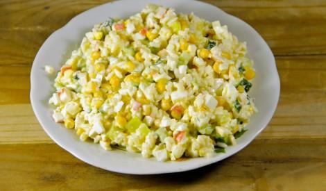 Krabju salāti ar kukurūzu un gurķi